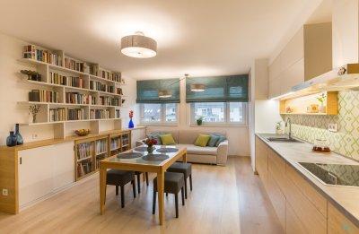 Tölgy és bézs alapok egy kis színnel - konyha / étkező ötlet, modern stílusban