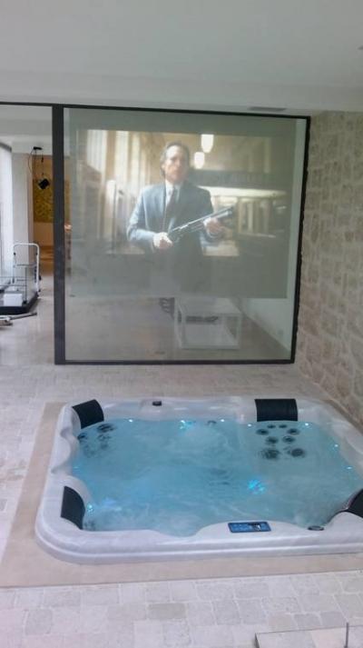 Jakuzzi és házimozi egyben - fürdő / WC ötlet, modern stílusban