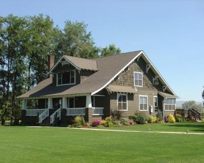 Ház fehér korláttal - homlokzat ötlet, klasszikus stílusban