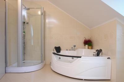 Masszázskád és gőzkabin a fürdőben - fürdő / WC ötlet, modern stílusban