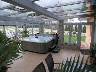 Télikert jacuzzival - erkély / terasz ötlet, modern stílusban