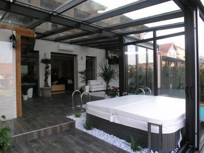 Jacuzzi a télikertben - erkély / terasz ötlet, modern stílusban