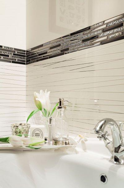 Csempe díszcsíkkal - fürdő / WC ötlet, modern stílusban