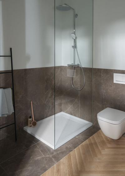 Innovatív zuhanytálca stílusos vécével - fürdő / WC ötlet