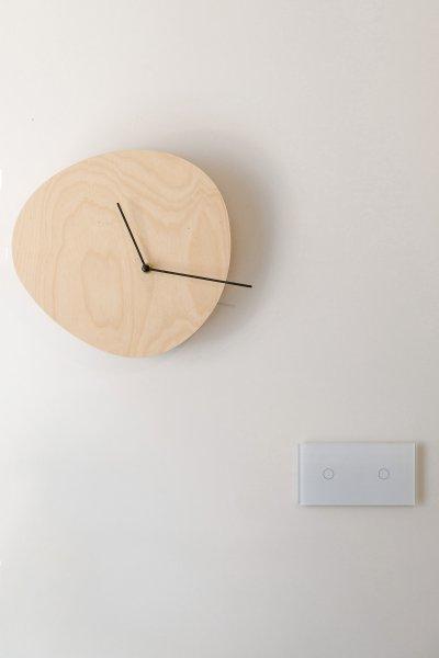 Üvegkapcsoló formatervezett faliórával - nappali ötlet, modern stílusban