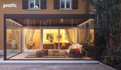 Télikert üveg tolóajtóval - erkély / terasz ötlet, modern stílusban
