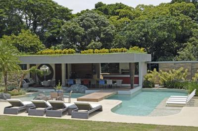 Tágas medence a teraszon - medence / jakuzzi ötlet, modern stílusban