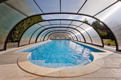 Medence tetővel - medence / jakuzzi ötlet, modern stílusban