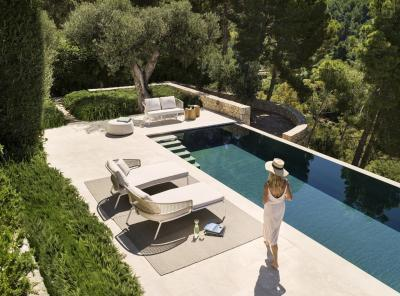 Kényelmes napozóágyak a teraszon - erkély / terasz ötlet, modern stílusban