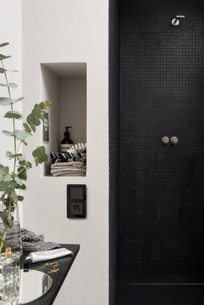 Fekete kapcsoló és konnektor a fürdőben - fürdő / WC ötlet, modern stílusban