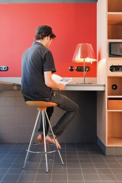 Piros fal fekete konnektorral - dolgozószoba ötlet, modern stílusban