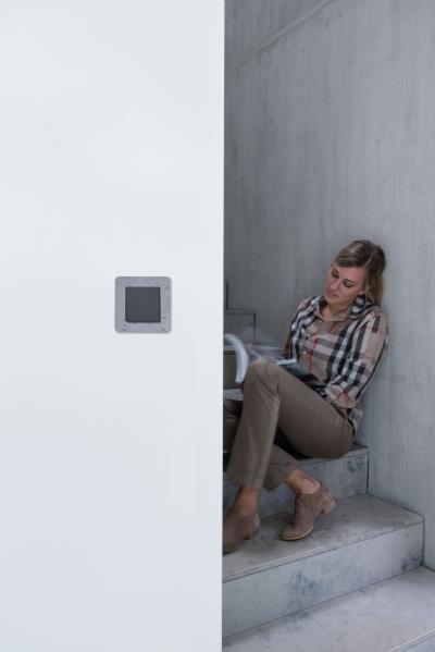 Szürke villanykapcsoló - előszoba ötlet, modern stílusban