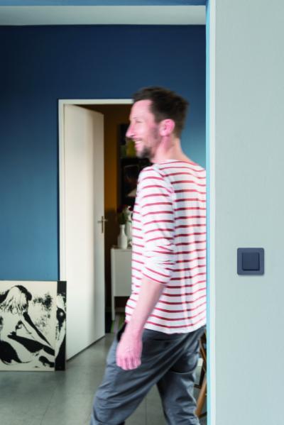 Sötét tónusú villanykapcsoló - nappali ötlet, modern stílusban