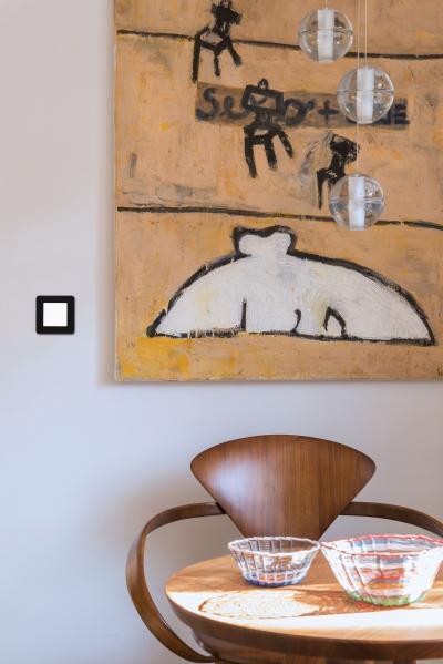 Fekete-fehér villanykapcsoló - nappali ötlet, modern stílusban