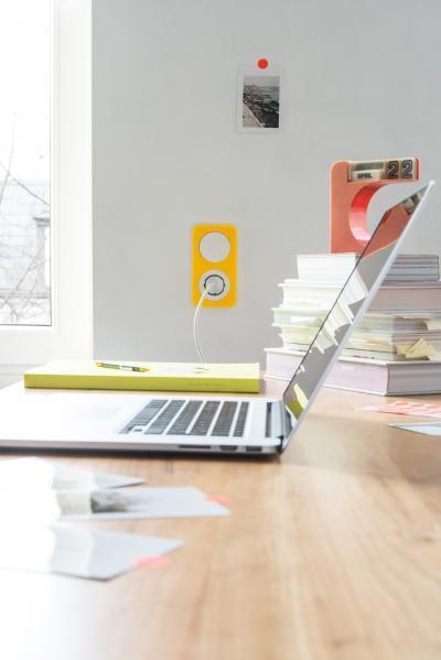 Sárga kapcsoló - dolgozószoba ötlet, modern stílusban