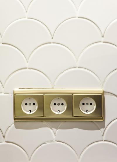 Aranyszínű konnektorok - fürdő / WC ötlet, modern stílusban