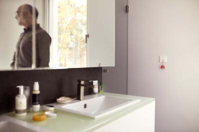 Fehér villanykapcsoló - fürdő / WC ötlet, modern stílusban