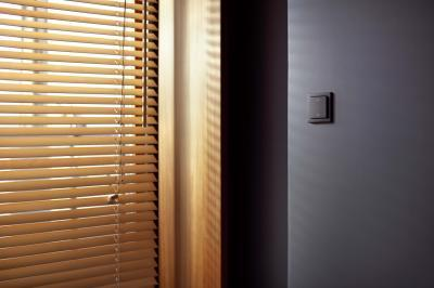 Fekete villanykapcsoló - nappali ötlet, modern stílusban