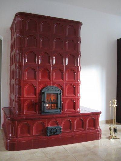 Bordó cserépkályha - nappali ötlet, klasszikus stílusban
