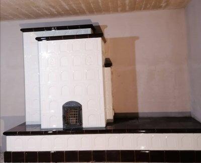 Fehér fekete cserépkályha - nappali ötlet, klasszikus stílusban