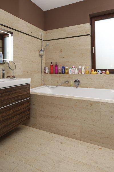 Mészkő burkolat a fürdőben - fürdő / WC ötlet, modern stílusban