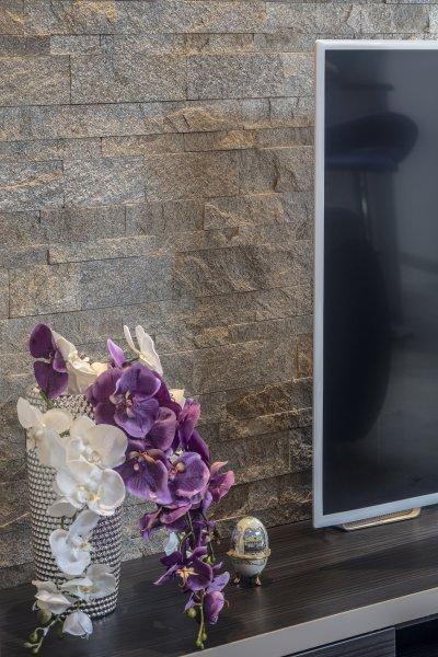 Mediterrán kőburkolat a falon - nappali ötlet, modern stílusban