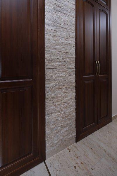 Mediterrán kőburkolat - előszoba ötlet, klasszikus stílusban