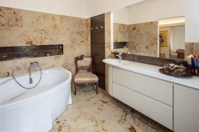 Mészkő burkolat a fürdőszobában - fürdő / WC ötlet