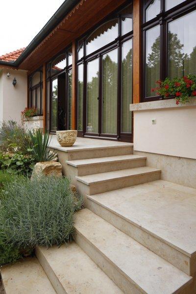 Mészkő lépcső burkolat - erkély / terasz ötlet, modern stílusban