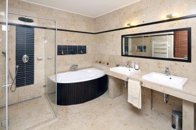 Mészkő burkolat a fürdőszobában - fürdő / WC ötlet, modern stílusban