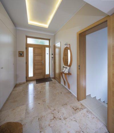 Mészkő padlóburkolat - előszoba ötlet, modern stílusban