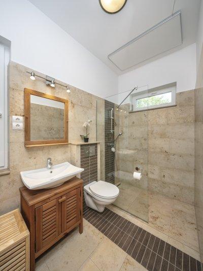 Mészkő és fahatású kerámia burkolat - fürdő / WC ötlet