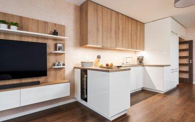 Fehér konyhabútor fával kombinálva - konyha / étkező ötlet, modern stílusban