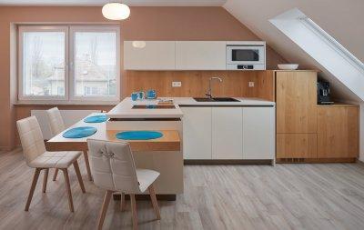 Tetőtérbe tervezve - konyha / étkező ötlet, modern stílusban