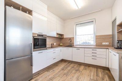 Magasfényű fehér konyhabútor - konyha / étkező ötlet, modern stílusban