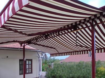 Csíkos napellenző - erkély / terasz ötlet, modern stílusban