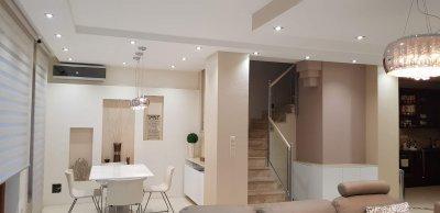 Modern stílusú lakás étkezője és nappalija. - konyha / étkező ötlet, modern stílusban