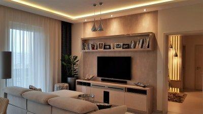 Elkészültek a TV fal egyedi gyártású bútorai a glamour stílusú lakásban - nappali ötlet, modern stílusban