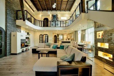 220 m2-res családi házat alakítottunk át modern stílusban - nappali ötlet