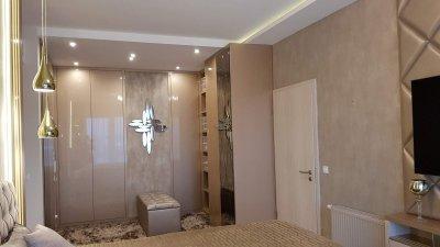 Glamour stílusú lakás hálószobája modern elemekkel ötvözve. - háló ötlet