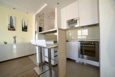 Modern stlusú lakás konyhája egyedi tervezésű bútorral. - konyha / étkező ötlet, modern stílusban