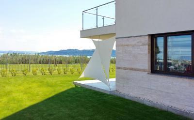 Modern lakóház napvitorlával - erkély / terasz ötlet, modern stílusban