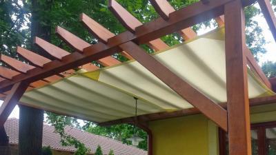 Napvitorla pergolával - erkély / terasz ötlet, rusztikus stílusban