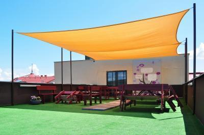 Napvitorla a tetőteraszon - erkély / terasz ötlet, modern stílusban