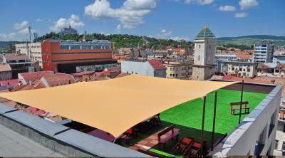 Tetőterasz napvitorlával - erkély / terasz ötlet, modern stílusban
