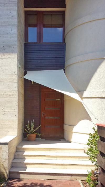 Bejárat napvitorlával - bejárat ötlet, modern stílusban