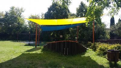 Napvitorla a játszósarokban - kert / udvar ötlet, modern stílusban