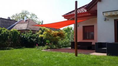 Piros napvitorla - erkély / terasz ötlet, modern stílusban
