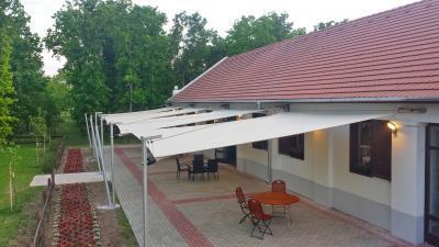 Tágas terasz napvitorlával - erkély / terasz ötlet, modern stílusban