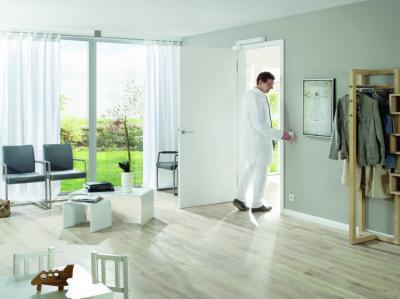 Fa beltéri ajtó - nappali ötlet, modern stílusban